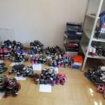 Caritas rozdaje buty